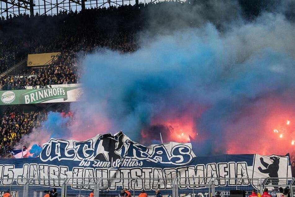 Die Polizei hatte dieses Banner der Hauptstadtmafia abgenommen, woraufhin die Hertha-Ultras es versuchten zu verteidigen und zurückzuholen.