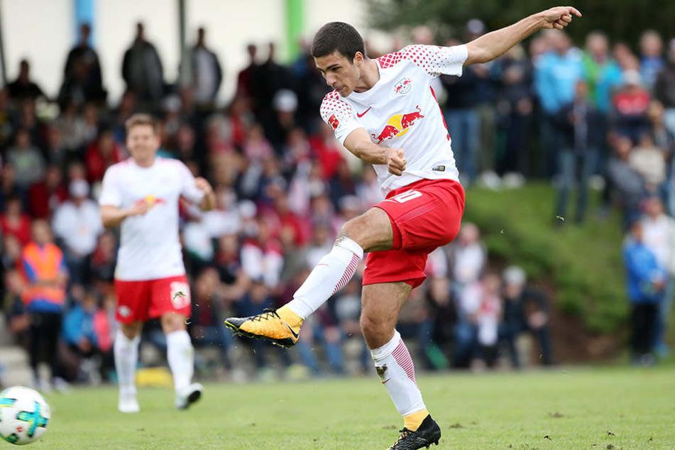 Elias Abouchabaka zieht ab: Der 17-Jährige ist einer der Gewinner der Vorbereitung und darf sich Hoffnungen auf Einsätze im Bundesliga-Kader machen.