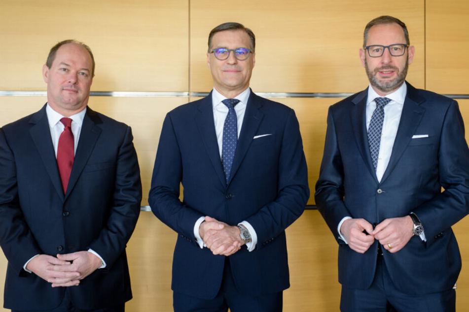 Ingo Bank (l-r), Chief Financial Officer (CFO) von Osram, Olaf Berlien, Chief Executive Officer (CEO) von Osram, und Stefan Kampmann, Chief Technical Officer (CTO) von Osram.