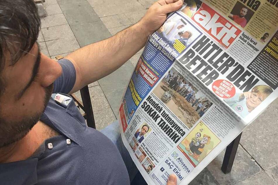 """Wahnsinn: Die Schlagzeile der türkischen Zeitung """"Yeni Akit"""" lautet am 25. Juli """"Schlimmer als Hitler"""". Dazu zeigt das Blatt ein Foto von Bundeskanzlerin Merkel (63) mit Hakenkreuz."""