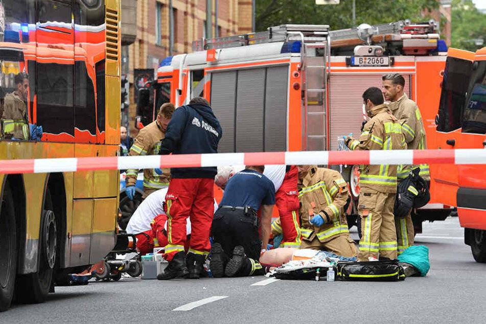 Die Rettungskräfte reanimierten den Mann mitten auf der Rudi-Dutscke-Straße.