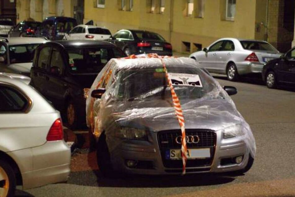 Einer der Aktivisten gegen Falschparker in Stuttgart hat ein falsch geparktes Auto in Folie eingepackt. (Archivbild)