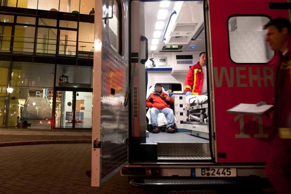 Der verletzte Mann musste zur stationären Behandlung ins Krankenhaus gebracht werden (Symbolbild.