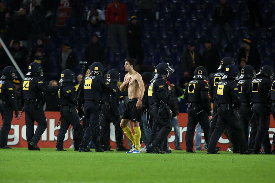 Die Polizei drängte die Chaoten beim Pokalspiel bei Hannover 96 im Oktober 2012 zurück.