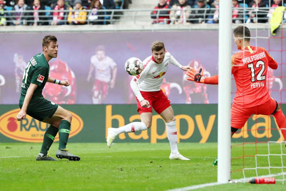 Robin Knoche (l.) guckt in die Röhre, Timo Werner köpft aus spitzem Winkel an Pavao Pervan vorbei zum 2:0 ins Tor.