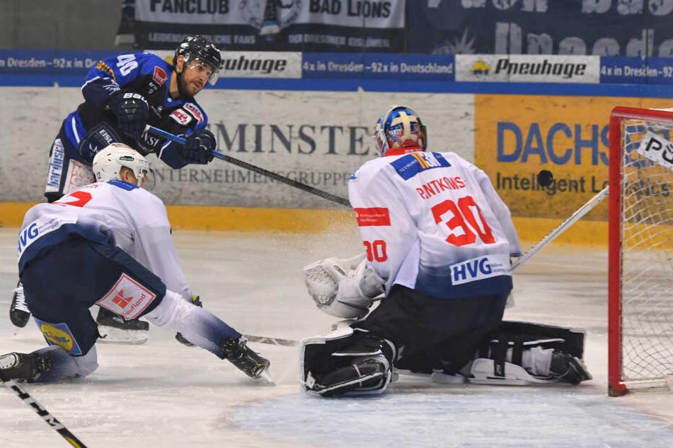 Hier trifft Nick Huard am Sonntag zum 1:0 für die Dresdner Eislöwen.
