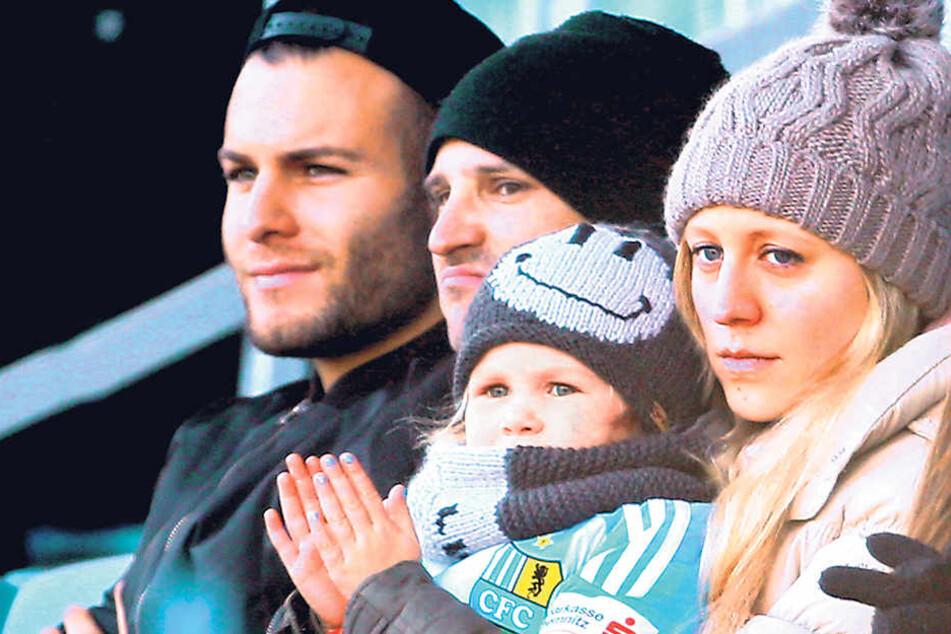 Aufmerksame Zuschauer (v. l.): CFC-Neuzugang Berkay Dabanli und Anton Fink mit seiner Frau Jasmin.