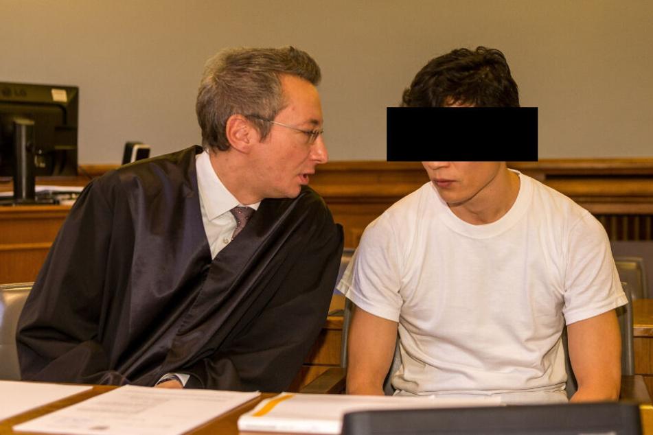 Hofft auf eine Begnadigungs-Chance nach 15 Jahren Haft: Stückelmörder Dovchin D. (39), hier mit seinem Anwalt Stefan Wirth, auf der Anklagebank.