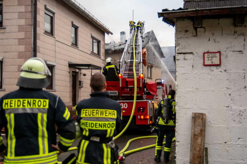 Schrecksekunde bei Feuer-Inferno: Scheune brennt nieder, Flammen greifen auf Wohnhaus über