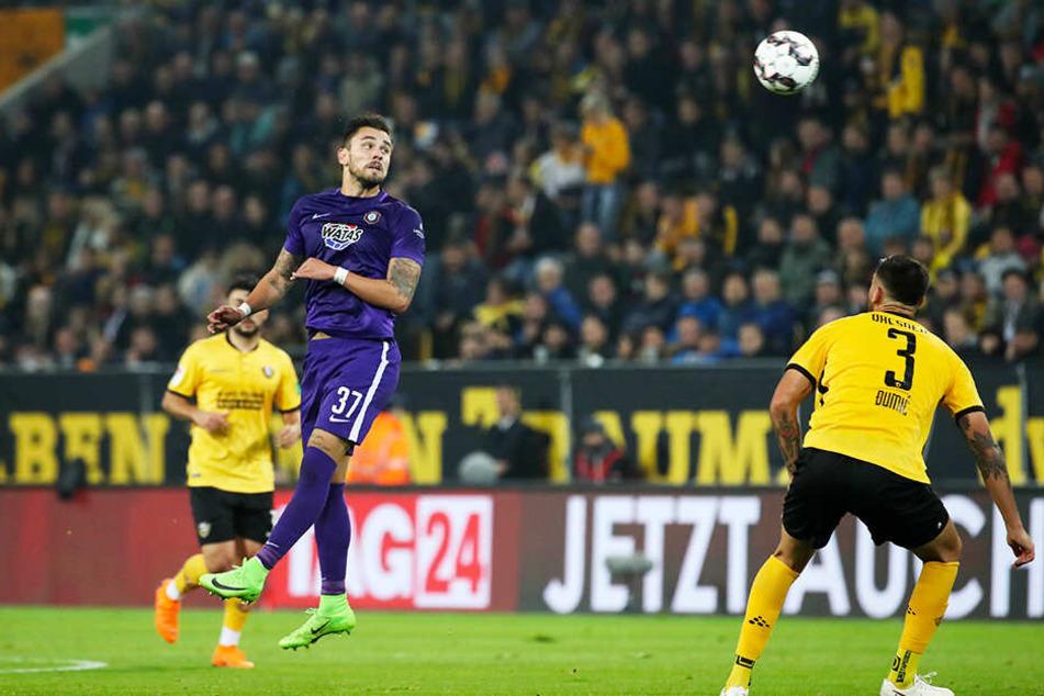 Pascal Testroet (Nummer 37) steigt im Hinspiel in Dresden zum Kopfball hoch. Ein Treffer blieb ihm bei seiner Rückkehr an die alte Wirkungsstätte verwehrt - dafür war er gegen andere Mannschaften schon 13 Mal in dieser Saison erfolgreich.