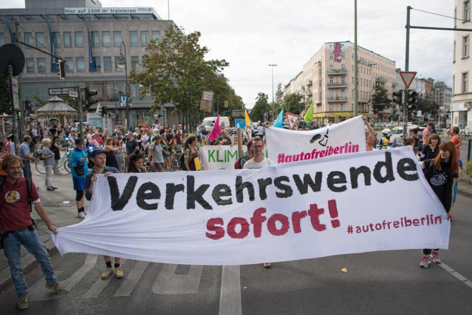 """Zahlreiche Menschen demonstrieren im August 2019 für eine autofreie Sonnenallee und halten dabei ein Transparent mit der Aufschrift """"Verkehrswende sofort!"""