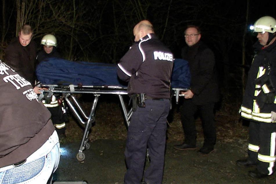 Einsatzkräfte der Feuerwehr Deuten bargen die Leiche des 72-jährigen aus der Pleiße.