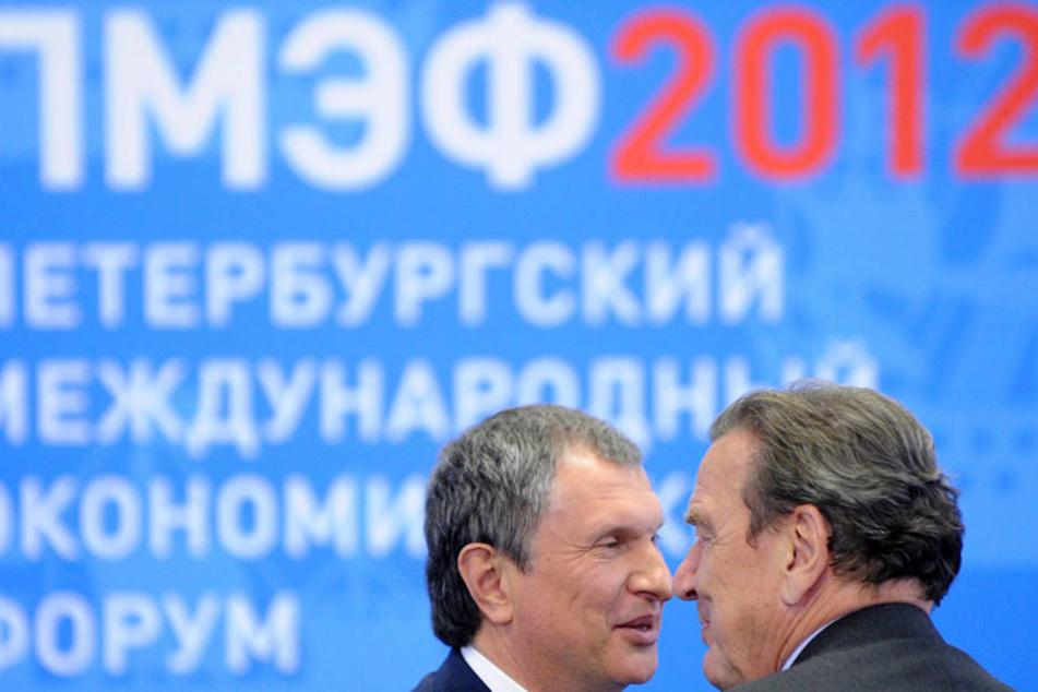 Schröder mit dem Vorstandsvorsitzenden des russischen Ölkonzerns Rosneft, Igor Setschin, 2012 in St. Petersburg.
