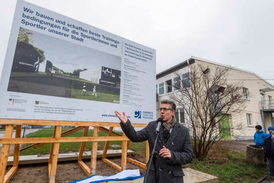 In der Großen Kunstturnhalle trainieren die Männer. Sie wird auf knapp 3500 Quadratmeter erweitert. Kulturbürgermeister Ralph Burghart (48, CDU) präsentierte am Donnerstag das Vorhaben.