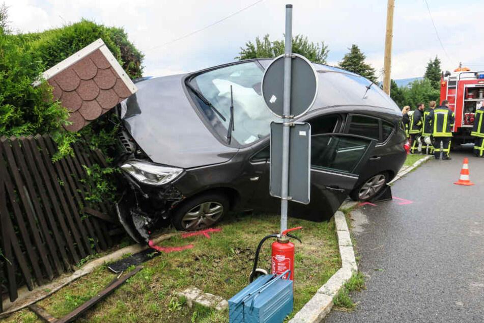 Der Opel krachte in einen Gartenzaun.