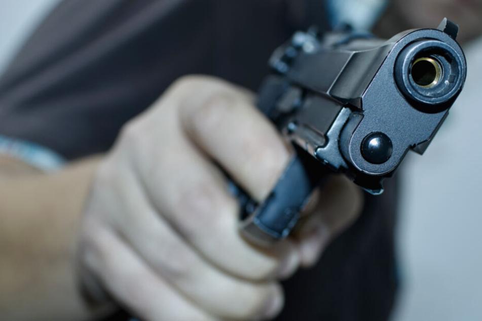Der Täter war mit einer Pistole bewaffnet (Symbolbild).