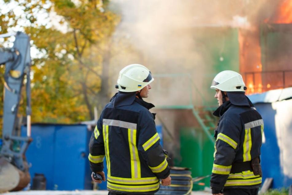 Die Feuerwehr konnte bei dem Brand der Halle nicht mehr viel retten. (Symbolbild)