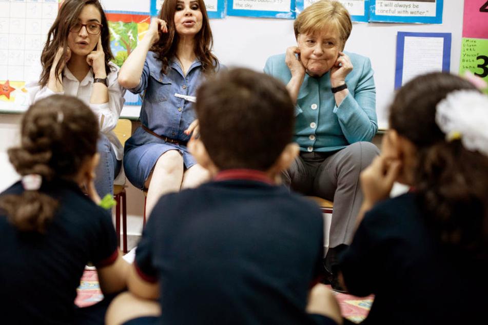 Bei einem Besuch in einer Schule der libanesischen Hauptstadt Beirut zeigt sich Bundeskanzlerin Angela Merkel (63) ganz ungehemmt.