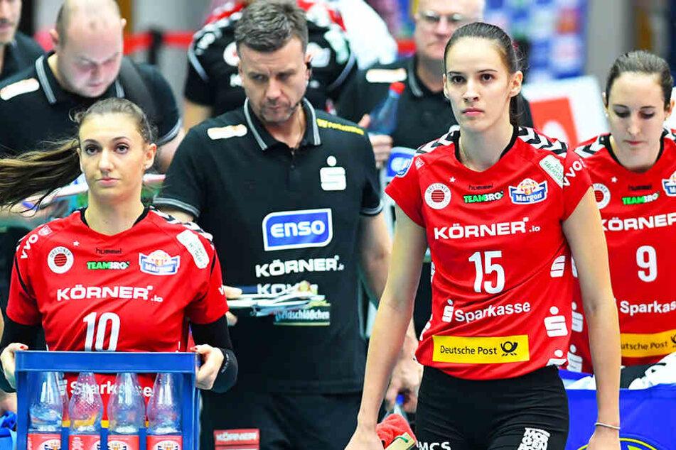 Enttäuscht nach dem Aus im CEV-Cup: Lena Stigrot (l.), Trainer Alex Waibl (Zweiter von links) und Ivana Mrdak (Zweite von rechts).