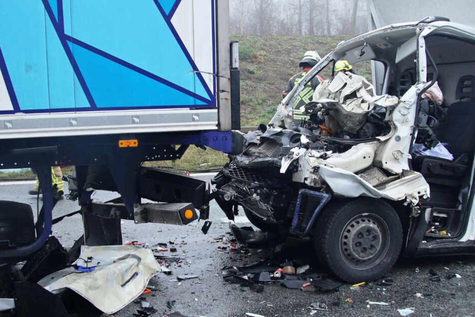 Kleintransporter rast bei Nebel in Lkw: Mann schwer verletzt in Wrack eingeklemmt