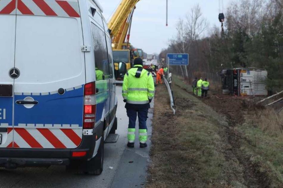 Ein verunglückter Sattelzug sorgte am Montagmorgen für einen kilometerlangen Stau auf der Bundesautobahn 13 Richtung Dresden.