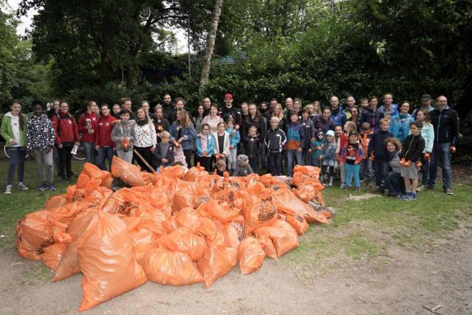 Etwa 300 Menschen sammelten am Samstag am Kölner Rheinufer Müll und durften danach kostenlos in den Kölner Zoo.