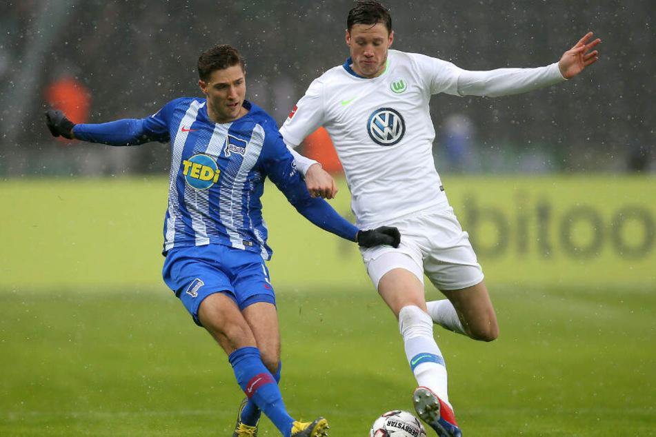 Niklas Stark und Wort Weghorst kämpfen um den Ball.