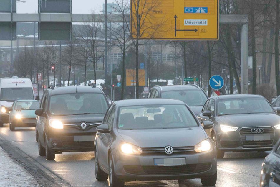 Die Zulassungsstelle in Dresden hat kräftig zu tun. Die Zahl der Autos steigt  immer weiter an.
