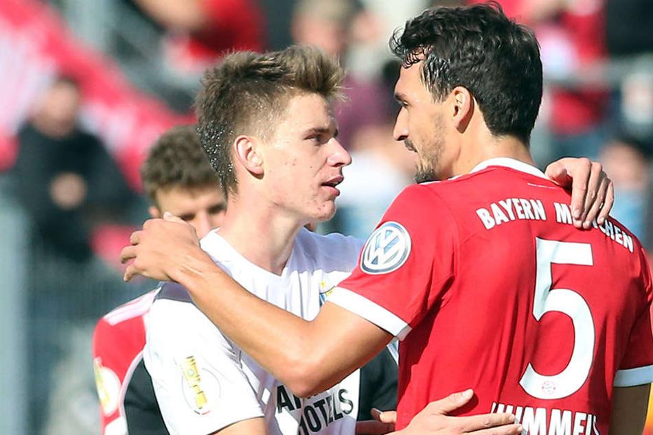 Florian Hansch (l.) mit Mats Hummels. Nach der Partie sicherte sich der Chemnitzer das Trikot des FCB-Stars.
