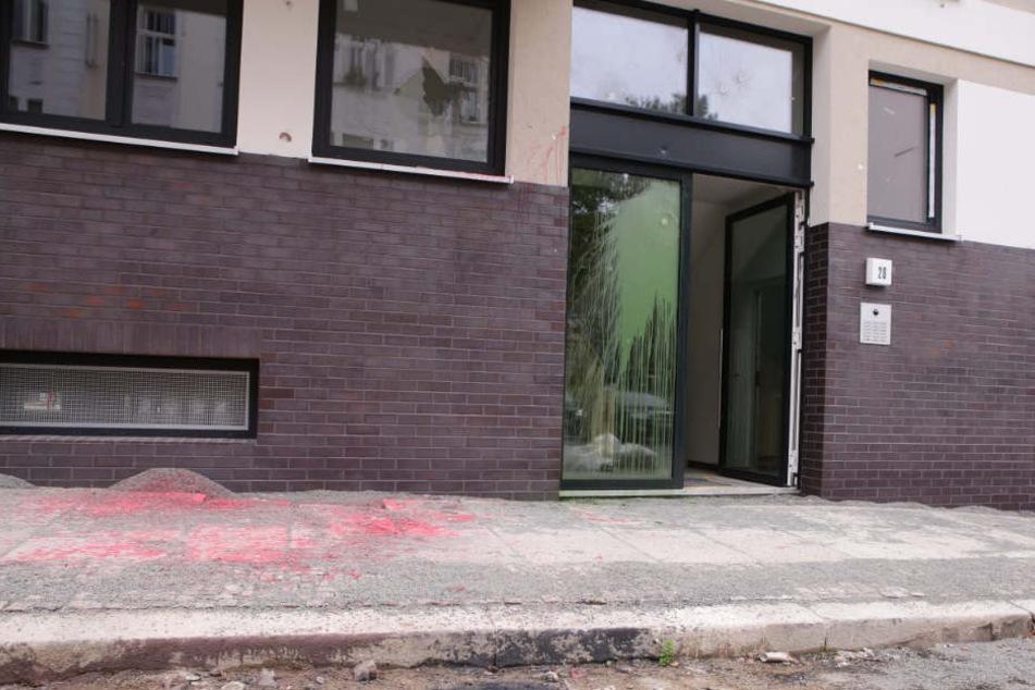 Gerade waren die Bauarbeiten rund um die Scheffelstraße 20 und 22 abgeschlossen. Nun muss die Fassade, Fenster und Türen bereits saniert oder ersetzt werden.