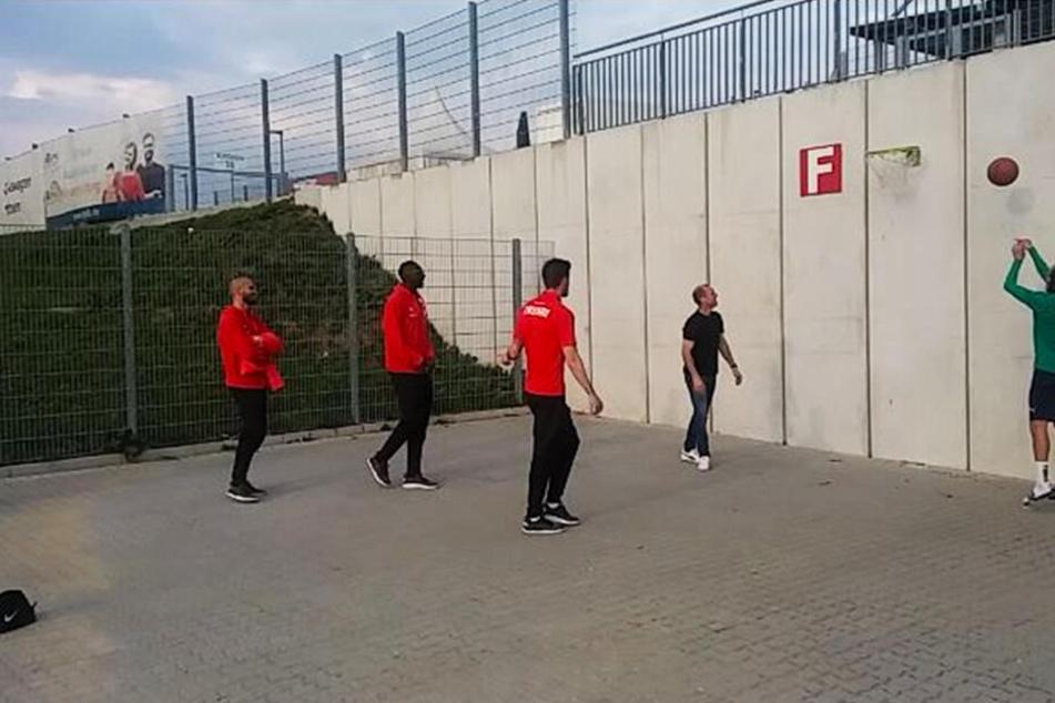 Nico Antonitsch (v.l.), Tarsis Bonga, Bryan Gaul und Coach Joe Enochs staunen nicht schlecht, als Athletiktrainer Christoph Rezler den Ball gekonnt im Korb versenkt.