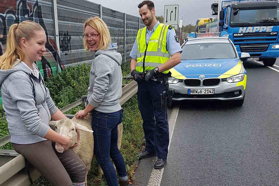 Johanna (l.) und ihre Mutter warteten, bis die Polizei ankam.