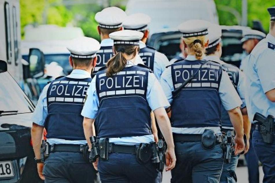 Um Mitternacht eskaliert die Lage in Köln komplett. Im Mittelpunkt stand eine Frau, die grundlos Beamte attackierte. (Symbolbild)