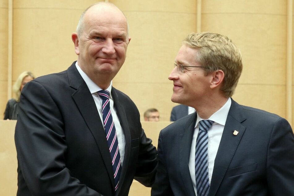 Schleswig-Holsteins Ministerpräsident Daniel Günther (CDU, r) gratuliert Brandenburgs Ministerpräsident DietmarWoidke (SPD) zu dessen Wahl zum Bundesratspräsidenten.