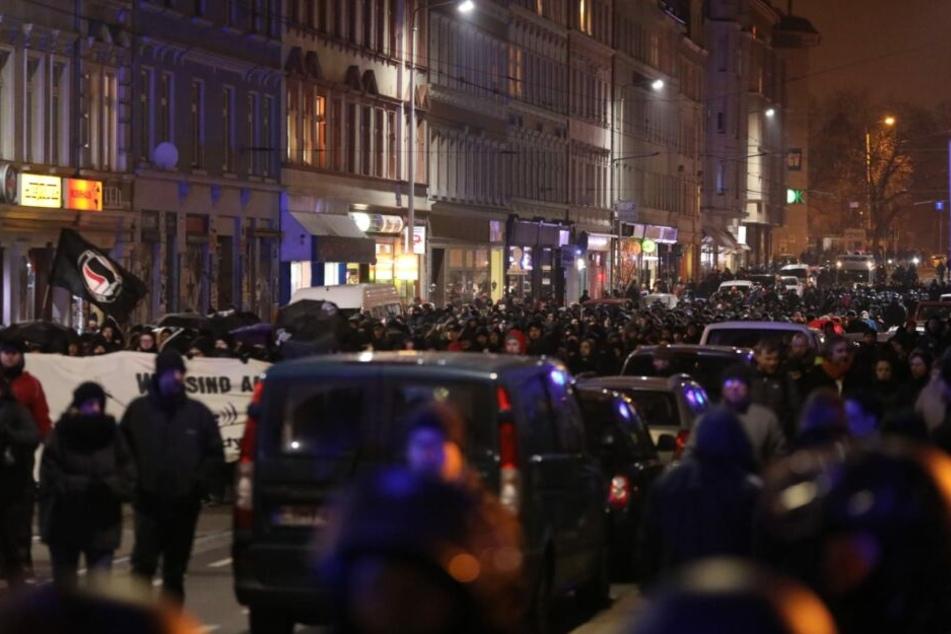 Nachdem der Zug zunächst gestoppt war, zogen die Demonstranten weiter bis nach Connewitz, wo die Demo schließlich für beendet erklärt wurde.