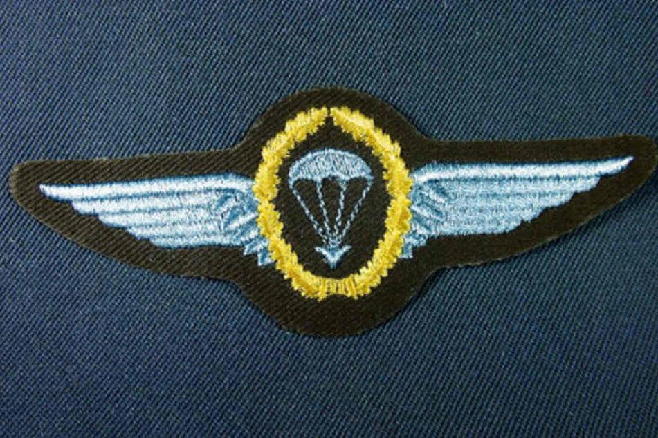 Das Fallschirmspringerabzeichen der Bundeswehr hat auch symbolisierte Adlerschwingen und Lorbeerkranz. Selbst die Quali-Spangen der NVA sahen ähnlich aus.