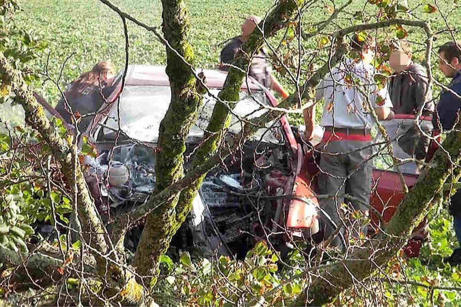 Ersthelfer löschten die Flammen und zogen den Mann aus dem verunglückten Auto.