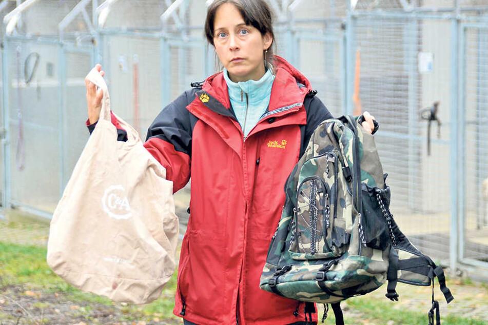 Tierheimchefin Claudia Ruf (43) zeigt Stoffbeutel und Rucksack, in denen der bildschöne Kater Joshua verpackt worden war.