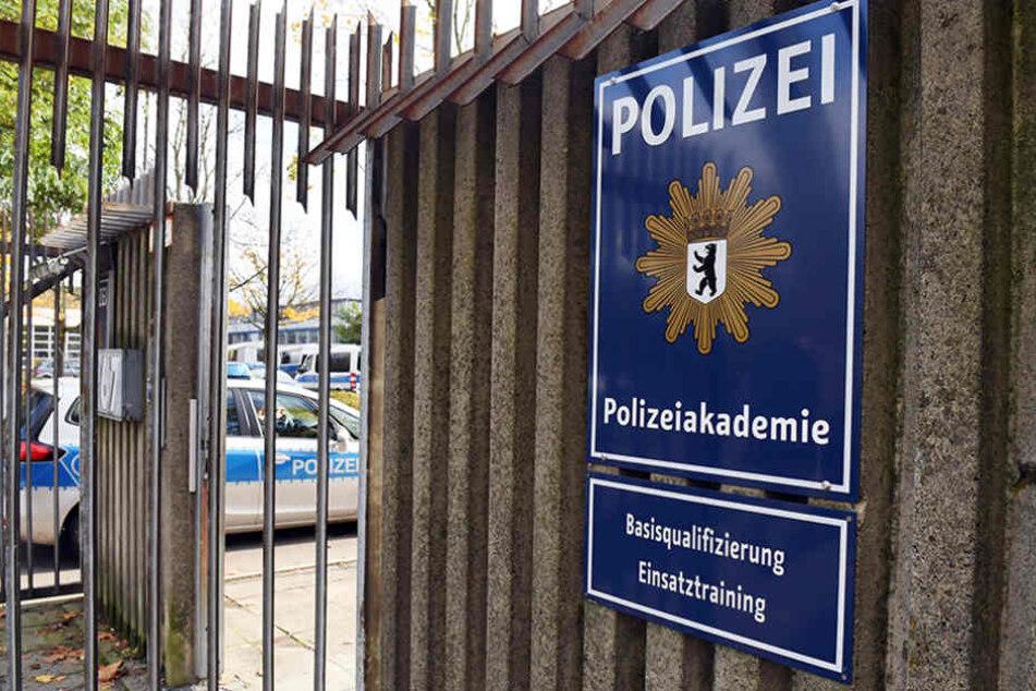 Ein Polizeiwagen fährt in die Berliner Polizeiakademie, die durch schwere Missstände im vergangenem Jahr für Aufsehen sorgte.