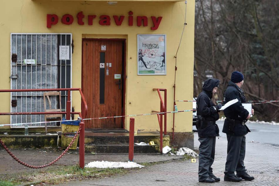Polizisten sichern Spuren in dem Lebensmittelgeschäft.