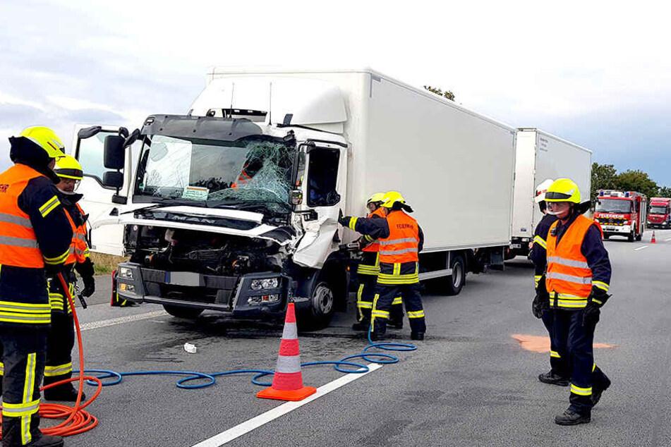 Zwei Laster sind auf der A4 miteinander kollidiert.