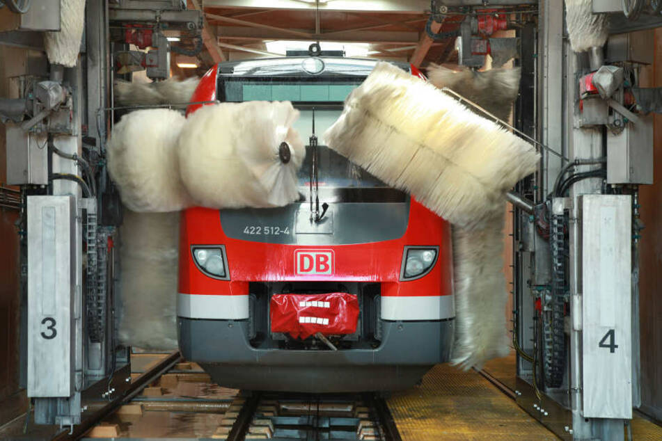 Ein Regio-Zug in der Waschstraße in Essen.