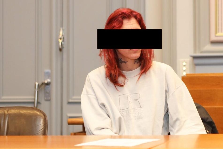 Die Angeklagte sitzt zu Prozessbeginn im Landgericht.