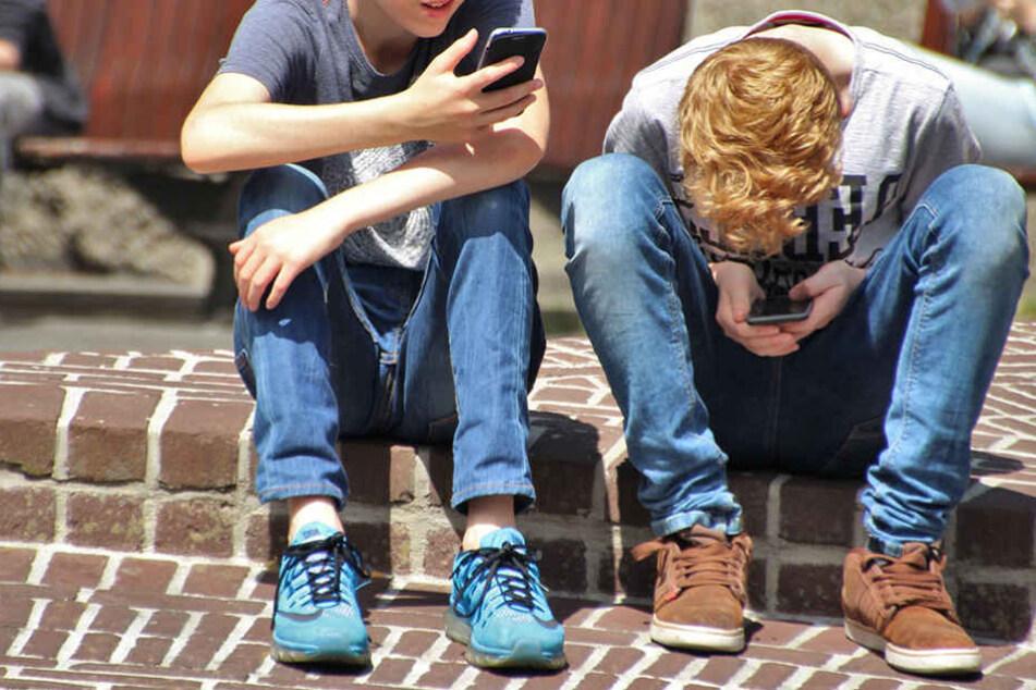 Durch das Handy leiden auch immer mehr junge Menschen unter Verspannungen im Nacken- und Rückenbereich.