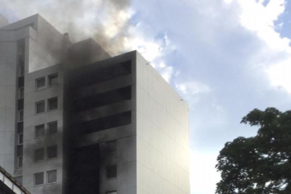 Ein Balkon brannte in einem Hochhaus in Ratingen. Die Feuerwehr konnte das Feuer löschen.