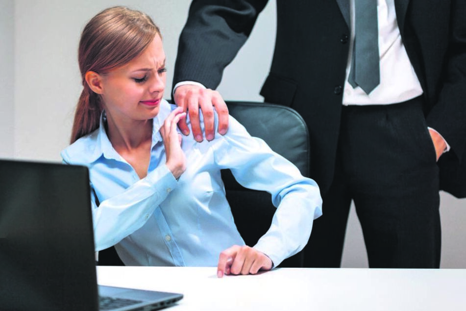 Sowas geht gar nicht! Tatschen im Büro ist natürlich tabu.
