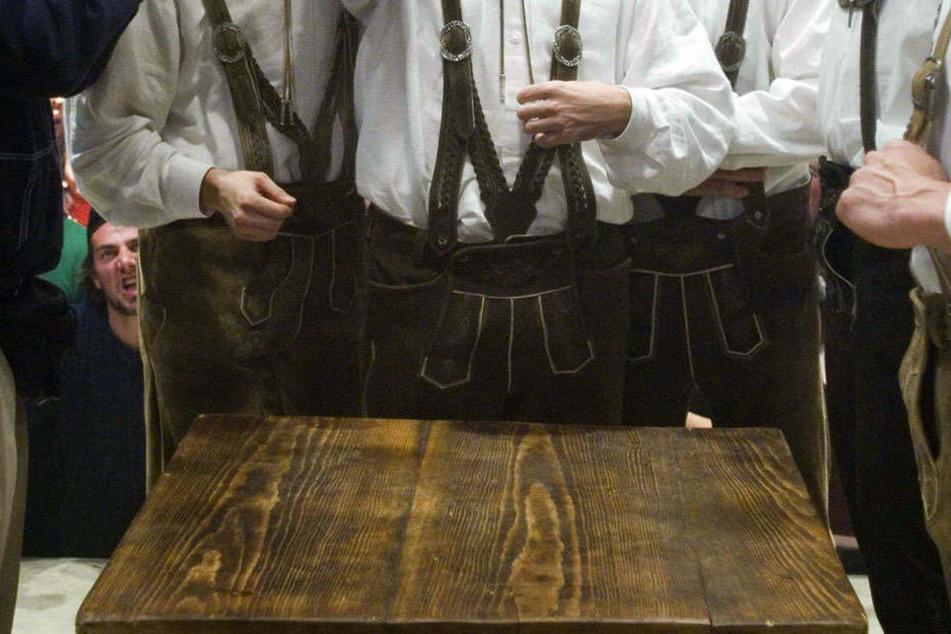 Die gesuchten Männer trugen alle Tracht. (symbolbild).
