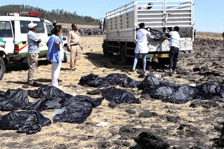 Mehr als 100 Menschen sterben. Leichensäcke werden abtransportiert.