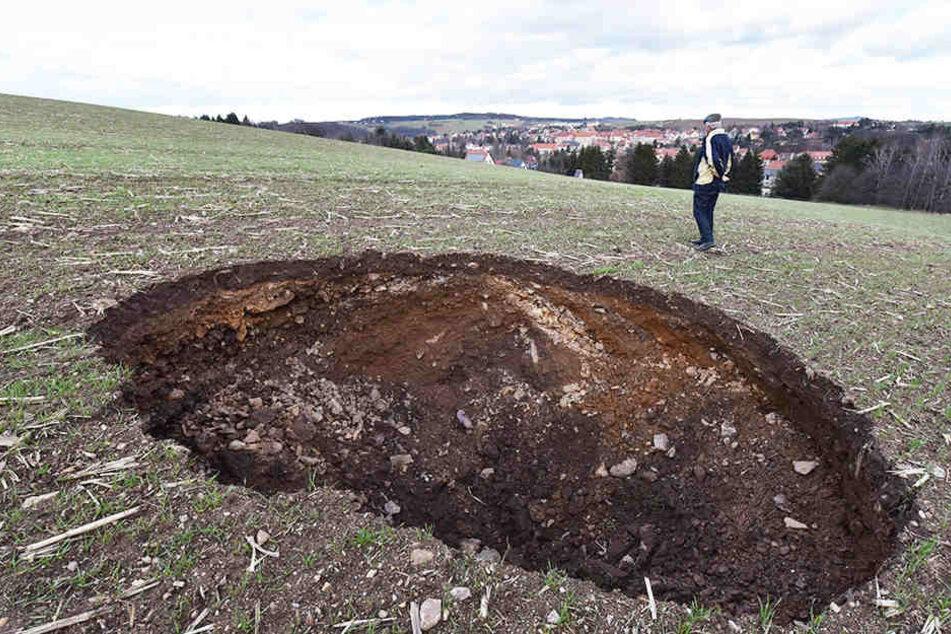 Ein riesiges Loch klafft jetzt auf einem Feld.