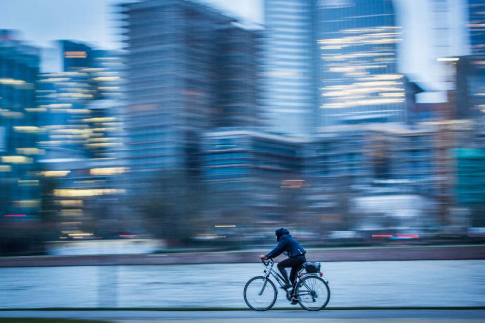 Ein Fahrradfahrer fährt durch die Stadt. (Symbolbild)